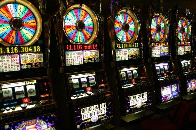 Играйте и выигрывайте в игральные автоматы Слоты Азарт!