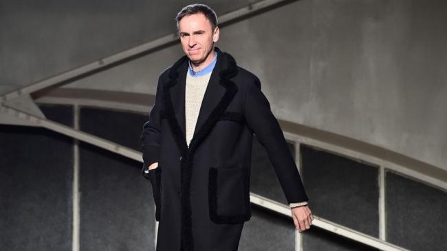 Первую коллекцию известного дизайнера Рафа Симонса для Prada покажут в онлайн-формате