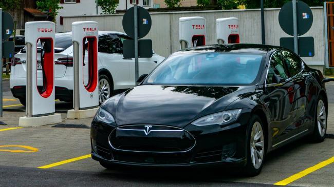 Зарядные станции Tesla появятся в Украине не раньше 2022 года