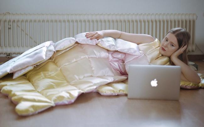 Дизайнер придумала одежду из одеял и подушек